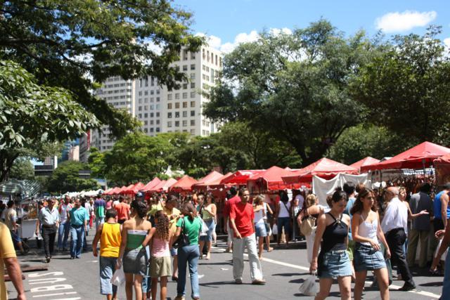 A Feira de Artesanato da Avenida Afonso Pena movimenta milhares de visitantes aos domingos | Foto: Marden Couto / Turismo de Minas