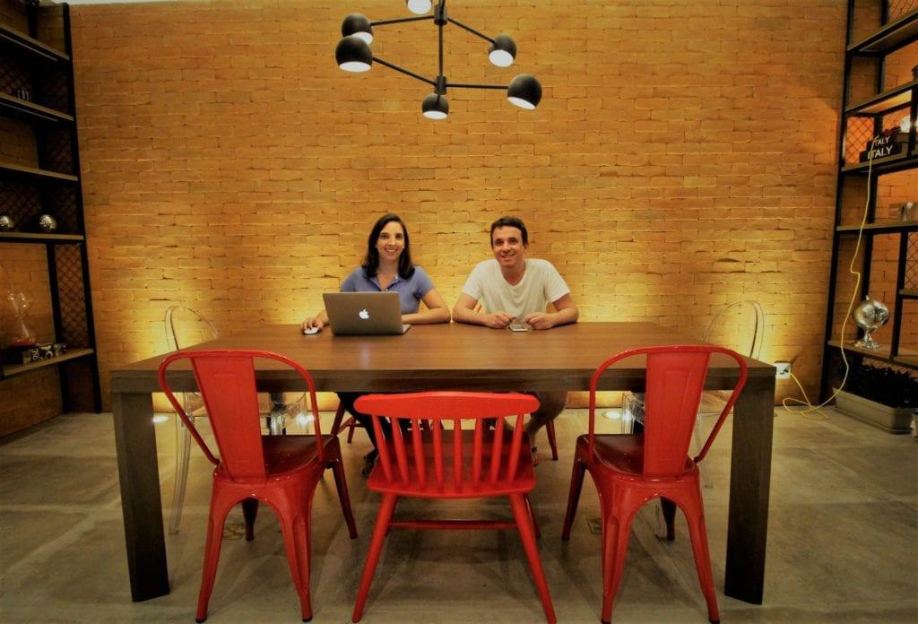 Luana e Marden trabalham remotamente de um dos hotéis que se hospedam por onde andam